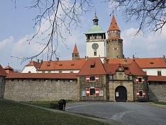 Národní památkový ústav odmítl vydat v rámci církevních restitucí hrad Bouzov na Olomoucku (na snímku ze 4. dubna 2014). Podle ústavu byl hrad konfiskován podle Benešových dekretů.
