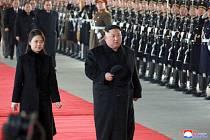 Kim Čong-un a jeho manželka Ri Sol-ču před odjezdem do Pekingu