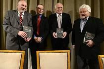 Pavel Rychetský (vlevo), Václav Klaus (druhý zprava) a Petr Pithart (vpravo) se zúčastnili 18. prosince v Praze představení knihy Jana Rovenského (druhý zleva) 25 let poté.