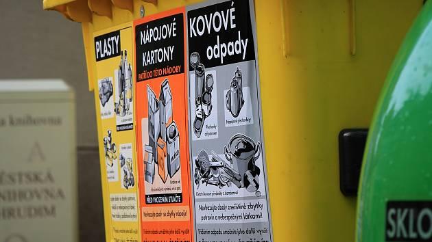 Žluté kontejnery na plast a nápojové kartony se už v Chrudimi dočkaly dalšího polepu, upozorňujícího i na kovový odpad