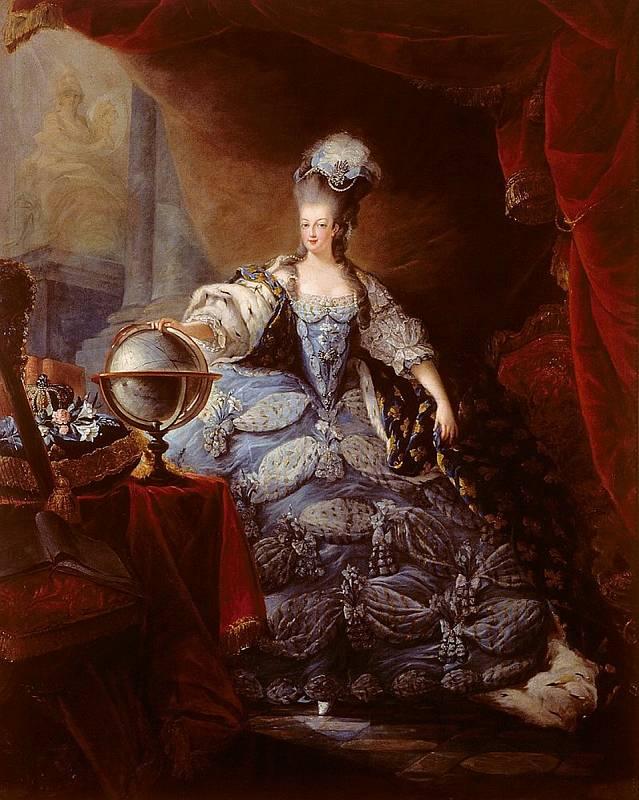 Jeden z nejznámějších portrétů Marie Antoinetty. Proslula mimo jiné honosným oblečením a ohromnými parukami. Obraz maloval Jean-Baptiste-André Gautier-Dagoty. Foto: Wikimedia Commons, volné dílo