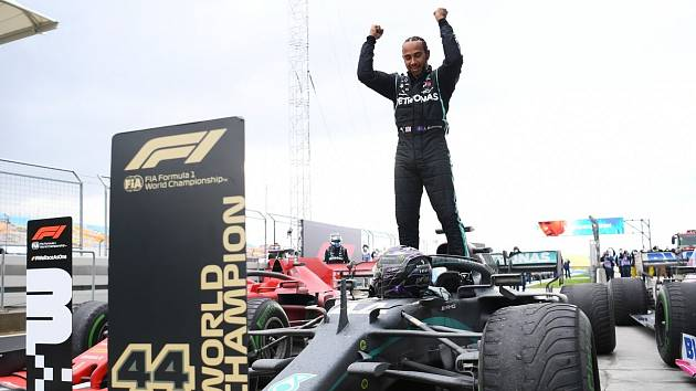 Lewis Hamilton se raduje ze sedmého titulu mistra světa formule 1, kterým vyrovnal rekord Michaela Schumachera.
