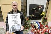 Muž připomínající odkaz Václava Havla čeká na začátku oslav dne boje za svobodu a demokracii 17. listopadu ráno na politiky, kteří budou přicházet k pamětní desce na Národní třídě v Praze klást květiny a zapalovat svíčky.