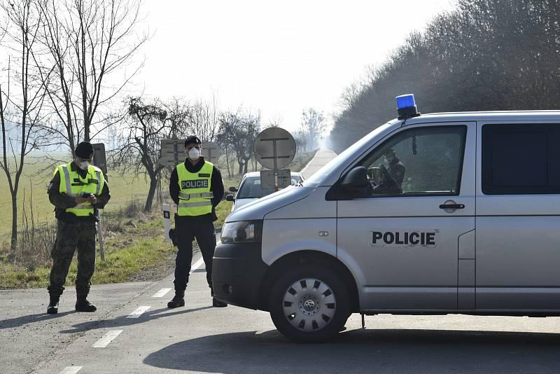 Bezmála 25 tisíc lidí na Litovelsku a Uničovsku nesmí opustit katastrální území. Cesty hlídá policie.