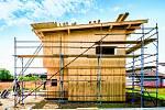 Nejde jen o izolace stěn. Důležité je též izolovat stavbu u základů kvůli pronikání vlhkosti a únikům tepla