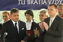 Několik stovek občanů z Česka i Slovenska se sešlo 29. července na tradiční Slavnosti bratrství Čechů a Slováků na kopci Veľká Javorina na slovensko-moravském pomezí. Slavnosti se zúčastnili i (zleva) slovenský premiér Robert Fico, předseda českého Senátu