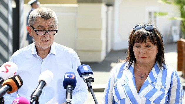 Andrej Babiš a Alena Schillerová po schůzce s prezidentem Milošem Zemanem v Lánech.