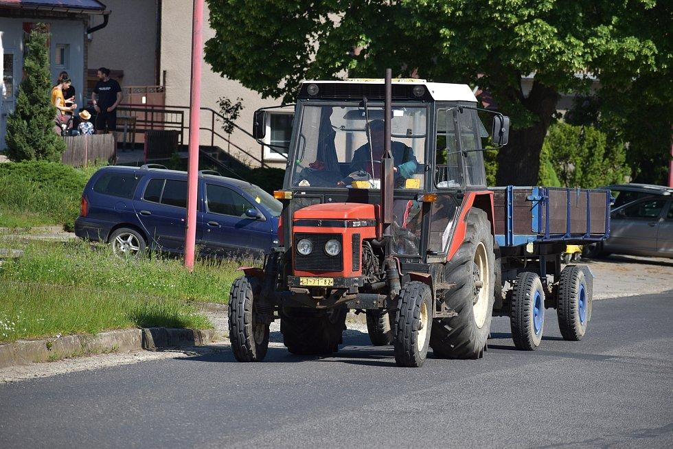 Traktor jede kolem sídla firmy Agrobech v Bechlíně, součásti koncernu Agrofert, která hospodaří na poškozeném poli