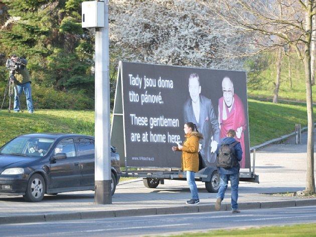 V pražském parku Velvarská u Evropské ulice na cestě z letiště k Pražskému hradu se dnes objevil billboard s tibetským dalajlamou a bývalým prezidentem Václavem Havlem.
