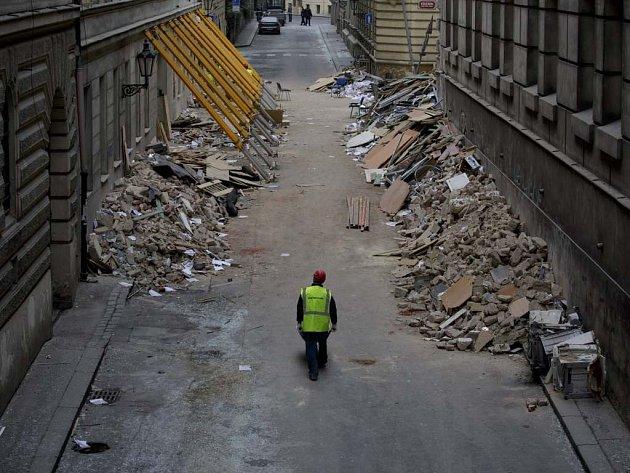 Z úklidu po výbuchu v centru Prahy.