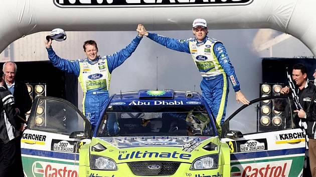Marcus Grönholm (vpravo) a Timo Rautiainen slaví vítězství na Novém Zélandu.