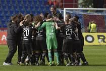 Fotbalisté Slavie se radují ze zisku mistrovského titulu.