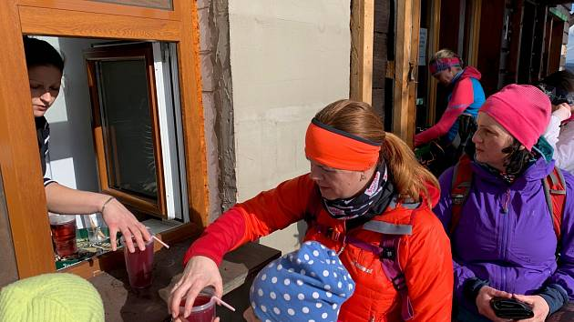 Turistické chaty vBeskydech pružně zareagovaly na nová nařízení a aspoň omezený sortiment nabízejí přes výdejní okénko. Něco kpití a polévku ktomu si tak vsobotu mohli dát ti, kdo došli Kolářově chatě na Slavíči.
