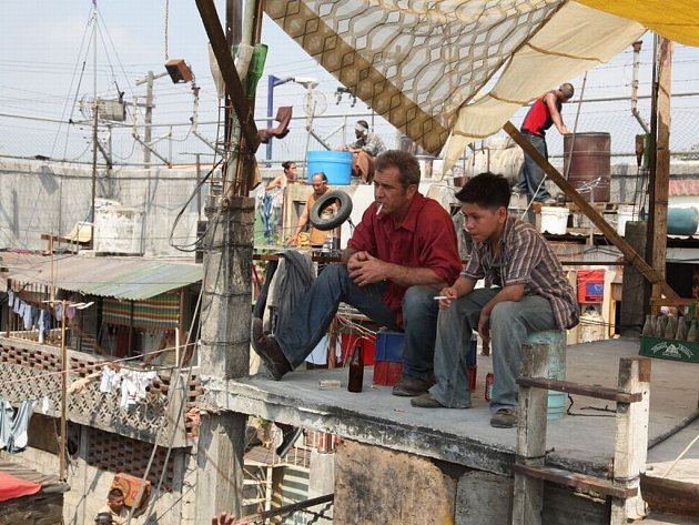 Po velkých režijních opusech jako bylo Apocalypto si Mel Gibson odskočil zpět k herecké profesi, ztvárnil hlavní roli v černé komedii Moje letní prázdniny