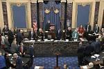 Předseda Nejvyššího soudu John Roberts, který na proces dohlíží, přichází na hlasování Senátu o ústavní žalobě na amerického prezidenta Donalda Trumpa