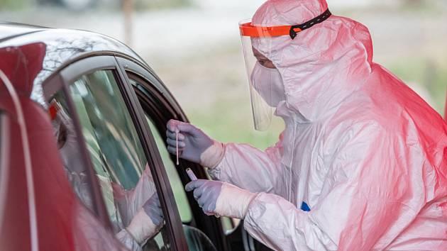Odběr na testování nákazy koronavirem. Ilustrační snímek