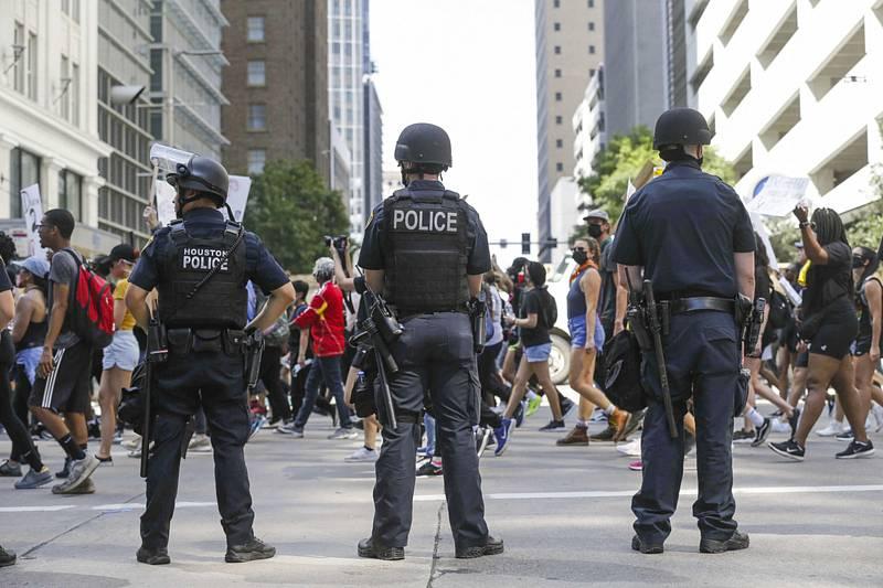 Policisté v americkém Houstonu dohlíží na protestní pochod vyvolaný smrtí George Floyda