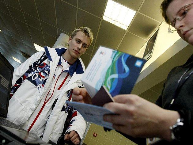 Krasobruslař Michal Březina a povinná kontrola před odletem na olympijské hry.