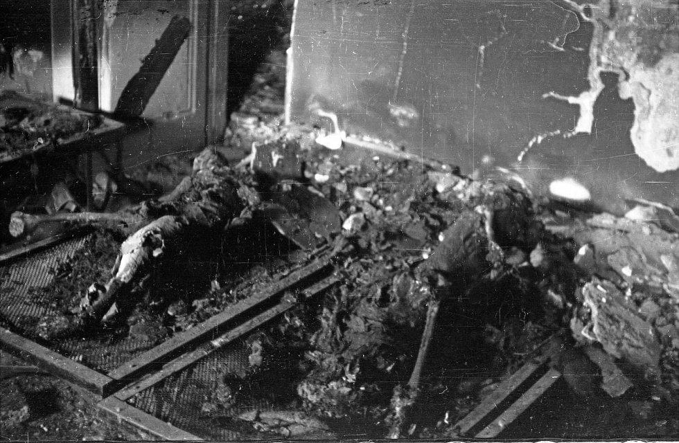 Poválečná dokumentace válečných zločinů. Spálené lidské ostatky na postelích v povstalecké nemocnici na rohu ulic Miodowa a Długa. Staré Město