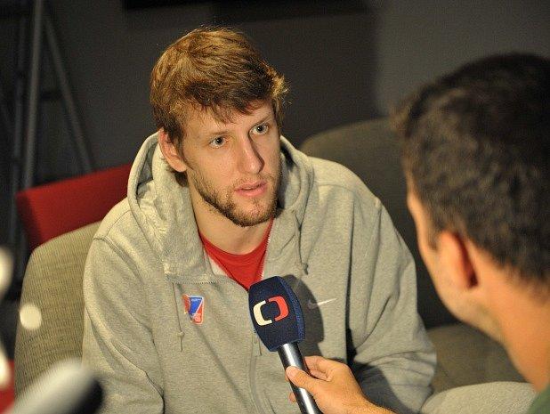 Jan Veselý při rozhovoru s novináři