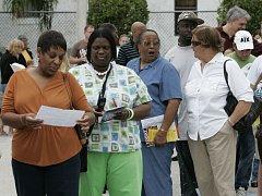 Voliči čekají ve frontě než budou moci odevzdat své hlasy v Deerfieldu na Floridě.
