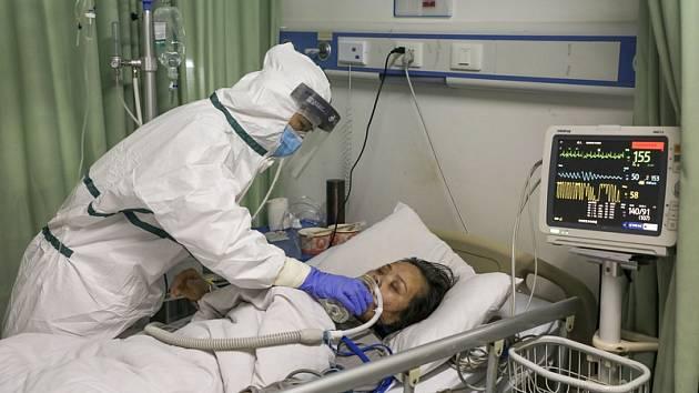 Sestra ošetřuje pacientku s koronavirem v nemocnici ve Wu-chanu v centrální provincii Chu-pej.