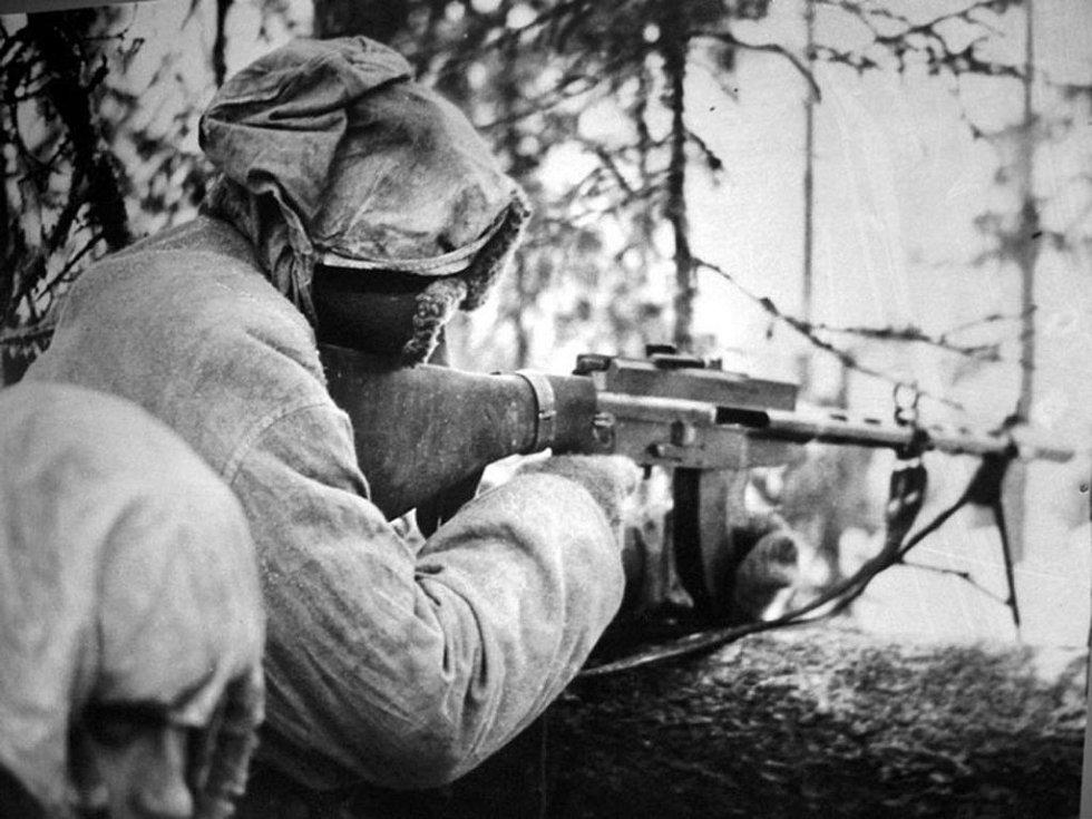 Finský voják drží samopal Suomi m/26 konstruktéra Aimo Johannese Lahtiho