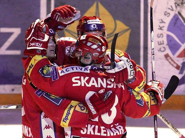 SLAVIA MÁ JASNO. Řadu extraligových celků dnes čekají klíčové zápasy. Slavia má však prvenství v dlouhodobé části jisté, a tím pádem i další účast v hokejové Lize mistrů.