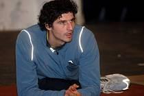 HADÍ MUŽ. Výškař Jaroslav Bába osvědčuje při rozcvičování velkou kloubní pohyblivost.