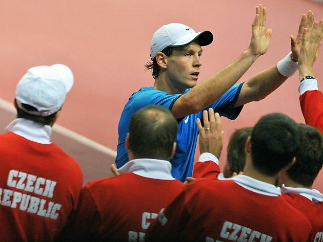 Tomáš Berdych sklízí gratulace od zbývajících členů české daviscupové reprezentace po vítězství nad Belgičanem Vliegenem.