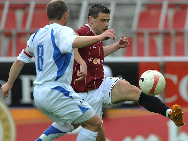 Sparta postoupila do semifinále Poháru ČMFS. Na snímku se snaží Kulič obejít olomouckého Lošťáka.