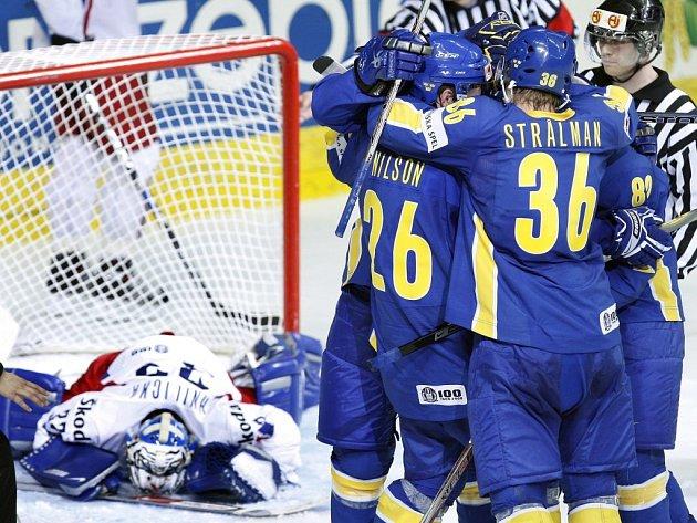 Radost Švédů po vítězné brance, brankář Hnilička zpytuje svědomí.