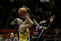 Zápas Euroligy basketbalistek ZVVZ USK Praha (ve žlutém) – Cras Taranto.