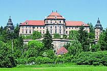 Nad řekou Radbuzou se vChotěšově tyčí majestátní klášter premonstrátek. Pamětihodnost zpočátku třináctého století patří knejstarším památkám na Plzeňsku.