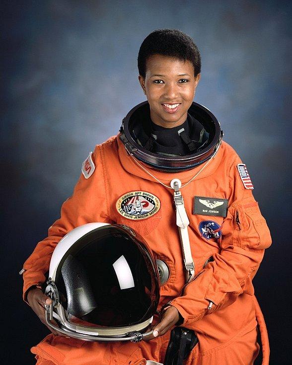 Mae Jemisonová se stala první Afroameričankou, která se dostala do vesmíru. Do kosmu letěla na palubě raketoplánu Endeavour.