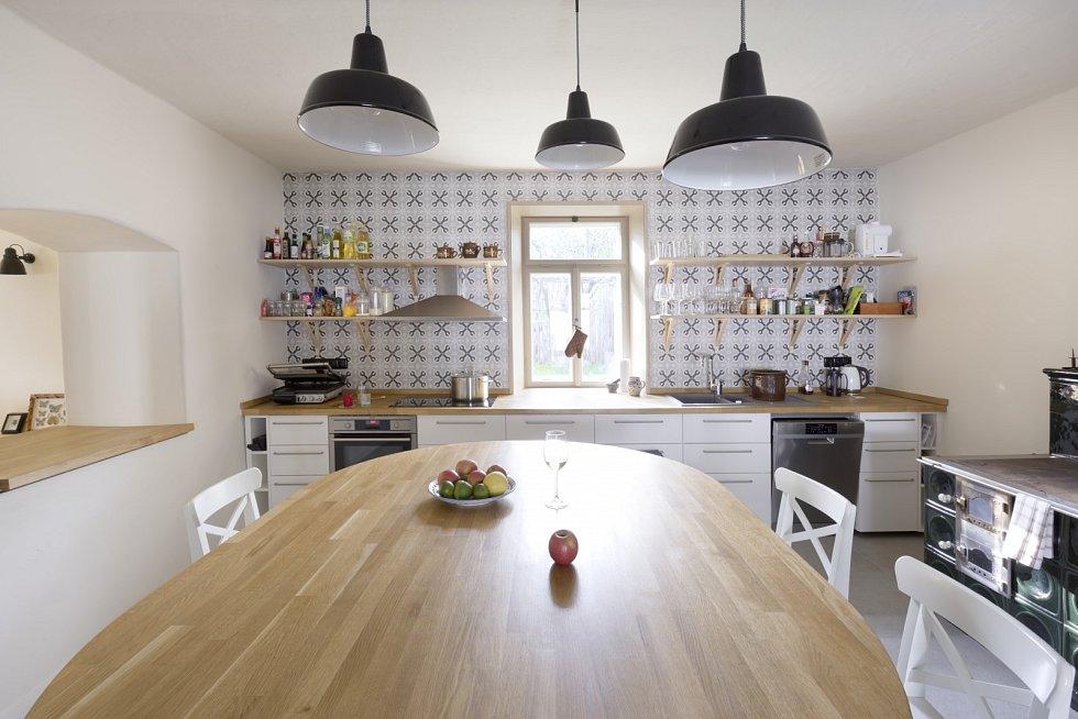 Moderně zařízená kuchyně je propojená se světnicí.