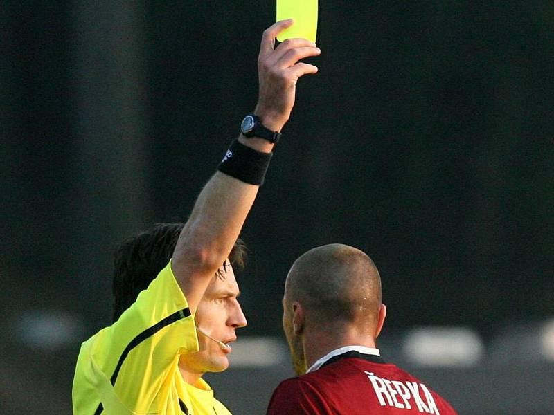 Tomáš Řepka se musel v utkání s Jabloncem hodně ovládat. Rozhodčí Roman Hrubeš mu dává žlutou kartu.