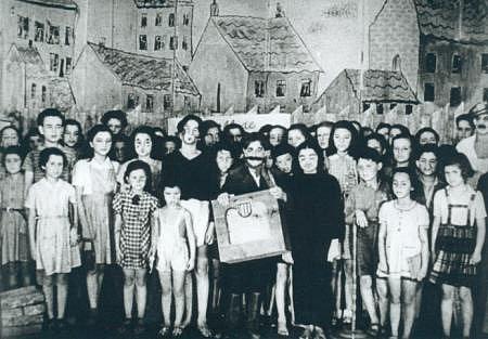 Dětský divadelní kolektiv z Terezína. Nacisté chtěli využít divadlo ke své propagandě, židovskému kolektivu se však podařilo vpašovat do hry slova o svobodě