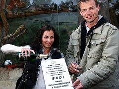 Když křtiny, tak se šampaňským! Kateřina Baďurová a Tomáš Janků stvrdili své kmotrovství tak, jak se patří.