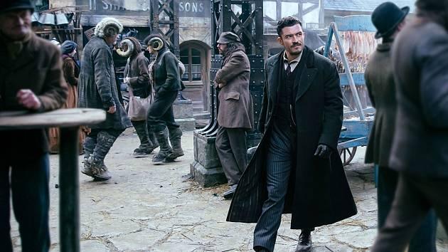 Orlando Bloom ve snímku Carnival row, který se natáčí v Česku.