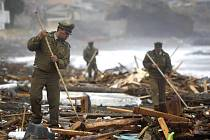 Policisté v Chile pátrají v troskách po obětech ničivého zemětřesení.