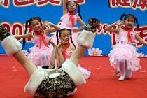 Čínské děti během představení na oslavu Dne dětí