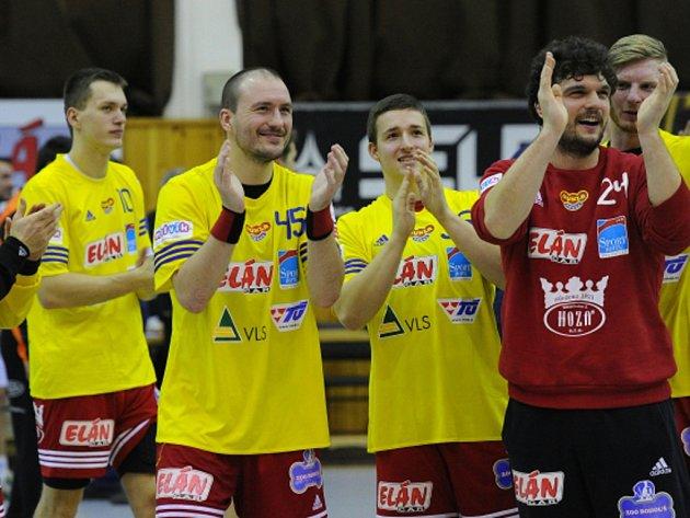 Házenkáři Dukly Praha se radují z výhry.