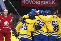 Hokejisté Švédska se radují z gólu proti Bělorusku.