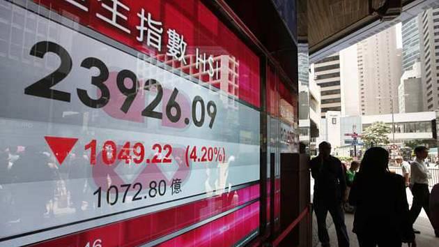 Elektronický ukazatel zobrazuje aktuální index na burze v Hongkongu. Ilustrační foto.