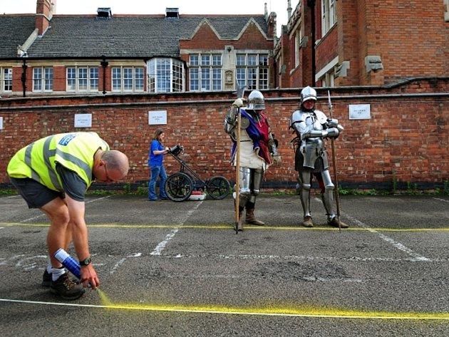 Archeologové hledají ztracený hrob Richarda III. na parkovišti v centru Leicesteru.