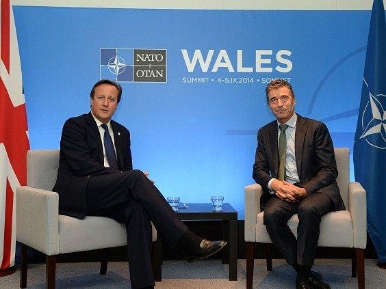 Britský premiér David Cameron (vlelvo) a první muž NATO Anders Fogh Rasmussen