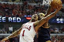 LeBron James z Clevelandu (vpravo) a Derrick Rose z Chicaga.