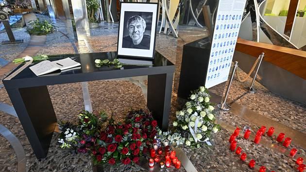 Pietní místo s kondolenční knihou pro rodinu Petra Kellnera v sídle společnosti PPF v pražských Dejvicích na snímku z 30. března 2021