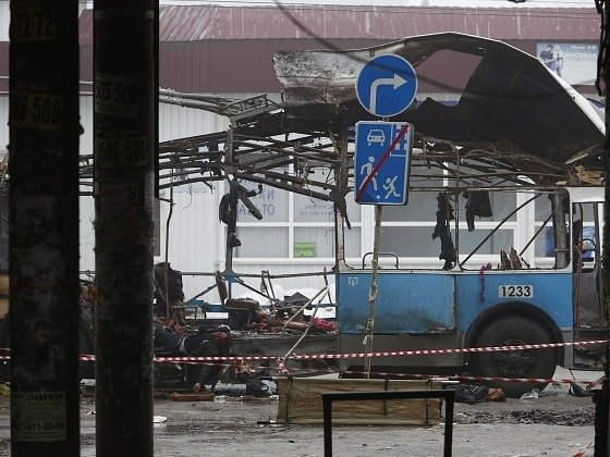 Zbytky trolejbusu po výbuchu ve Volgogradu.